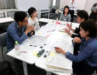 介護人材研修で初めて顔を合わせたメンバーが介護現場の課題について話し合った=東京都千代田区で