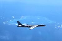 南沙(英語名スプラトリー)諸島がある南シナ海を哨戒する中国の爆撃機。中国国営新華社通信が写真を配信した=AP