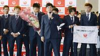 出発前に、あいさつするサッカー男子代表の遠藤(中央)