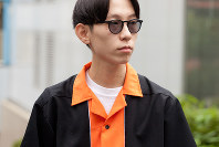 昨年から流行している開襟シャツ。1950年代を感じさせるボウリングシャツも人気だ=日本ファッション協会提供