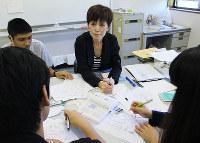 「外で堂々と字が書けるように自信をつけてあげたい」と話す谷田さん=滋賀県草津市草津1の日本語教室「虹」で、大澤重人撮影