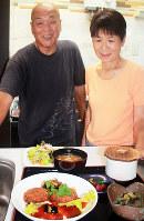 「猪コロッケサービスランチ」を前にする吉井弘憲さん(左)と充代さん夫婦=奈良県御所市で、藤原弘撮影
