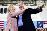 支援者集会で、ヒラリー・クリントン氏(左)と一緒に笑顔で手を振るティム・ケーン氏=米南部バージニア州で14日、AP