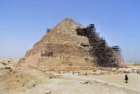 足場が組まれ、修復が続くジョセル王のピラミッド(階段ピラミッド)=エジプト北部サッカラで2016年5月31日午前11時10分、秋山信一撮影