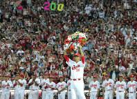 日米通算200勝を達成し、セレモニーで花輪を掲げる広島の先発・黒田=マツダスタジアムで2016年7月23日、山田尚弘撮影