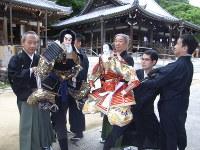 左端が熊谷直実を遣う桐竹勘十郎、右から3人目が平敦盛を遣う吉田和生=神戸市須磨区の須磨寺で15日