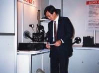 1983年ごろ、ドイツ・ケルンで開かれたプリンターの見本市を訪れた碓井稔さん=セイコーエプソン提供