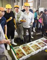 墨なし白イカの初競りの様子=鳥取市賀露町で、園部仁史撮影