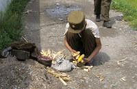 畑から盗んできたトウモロコシの粒をこそぎ集めるやせた兵士=2008年10月、アジアプレスのチャン・ジョンギルさん撮影