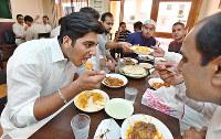 大阪ハラールレストランでラマダン明けの食事を楽しむムスリムたち=大阪市西淀川区で、小関勉撮影