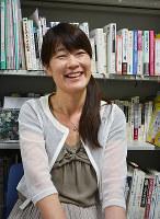「回覧板にもふりがなを書くと外国人にも読みやすくなります」と話す、奈良・子どもの日本語教育ネットワーク代表の渋谷真樹さん=奈良市で、藤本柳子撮影