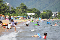 にぎわうマキノサニービーチ。中央奥の建物は「湖のテラス」の一部=滋賀県高島市で、塚原和俊撮影