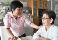 阿世知さん(右)と中国での思い出を話す下岡さん=大阪府八尾市で、田辺佑介撮影