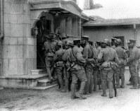 柳条湖事件直後の1931年9月19日、関東軍の奉天城攻撃命令に応じ、城内にある張学良(軍閥政治家・張作霖の長男)の邸宅を捜索する将兵ら