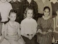 小学校の同級生らと集合写真に納まったクリントン氏(中央)=1957年撮影、アーネスト・リケッツさん提供