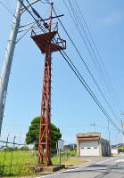 新開地区に建つ警鐘台。しまね丸のマストを転用した=香川県さぬき市鴨庄で、深尾昭寛撮影