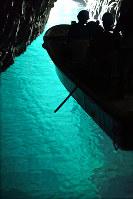 透き通ったエメラルドグリーンが美しい「青の洞窟」=京都府京丹後市で、小松雄介撮影