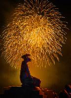 橋の欄干にどっかと座り花火見物するカッパ=島根県邑南町出羽で、日本写真家協会会員・船津健一撮影