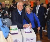 オーストラリア総選挙で投票するターンブル首相=シドニー東部の小学校で2日