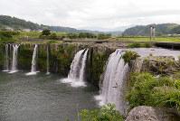 原尻の滝の上流には大鳥居が建つ=大分県豊後大野市で、松井宏員撮影