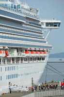 博多港に到着したクルーズ船。円安は外国人観光客や観光業界には直接有利に働く=福岡市博多区の中央ふ頭で、山下恭二撮影