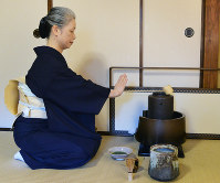 流れるように進められる薄茶の点前。何気ない所作に美が宿る=京都市北区で、加古信志撮影