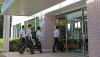 Ministry of Health, Labor and Welfare officials enter the hospital where mass murder suspect Satoshi Uematsu was treated, in Minami Ward, Sagamihara, Kanagawa Prefecture, on July 29, 2016. (Mainichi)