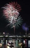 鮮やかな花火が打ち上げられた隅田川花火大会=東京都台東区で2016年7月30日午後7時42分、宮武祐希撮影