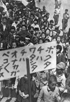 1000万人餓死者予想がなされる中、学童たちは食糧メーデーに参加した=1946年5月19日