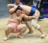 名古屋場所10日目、阿夢露との取組で宇良(下)がいぞりを狙うが浴びせ倒しで敗れる