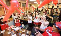 店内では、ゴム風船を飛ばしスタジアムさながらに盛り上がる=広島市南区で、山田尚弘撮影