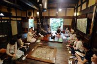 春秋山荘のいろりを囲む今野さん(左から3人目)とイベント参加者ら=京都市山科区で、小松雄介撮影