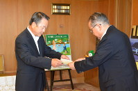弘中勝久副知事(右)から要請文を受け取る迫谷副社長