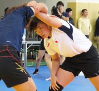 組み手にも磨きを掛け、力を伸ばす川井梨紗子選手=2016年3月の沖縄合宿で、藤野智成撮影