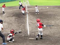 熱戦を展開する学童野球の選手たち=滋賀県彦根市の荒神山公園野球場で、西村浩一撮影