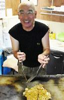 境高近くの鉄板焼き屋店主の松本保正さん=鳥取県境港市で、園部仁史撮影
