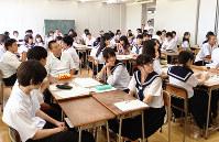 講義を聴く七尾高の2年生=石川県七尾市の同校で2016年7月27日、眞鍋知子さん撮影