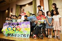 子どもたちから花束を贈られた池透暢選手と小林順一監督=高知市で、松原由佳撮影