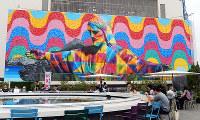 エドゥアルド・コブラの巨大ウォールアート=東京都豊島区南池袋1の西武池袋本店で、青山郁子撮影