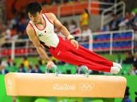 体操男子予選での内村航平のあん馬の演技=ブラジル・リオデジャネイロのリオ五輪アリーナで2016年8月6日、小川昌宏撮影
