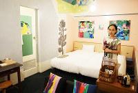 「ホテルアンテルーム京都」のコンセプトルーム。アーティストの宇加治志帆さんは「架空の自分の部屋をイメージした」と話す=京都市南区で、清水有香撮影