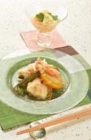 野菜もたっぷりとれる鶏と夏野菜の南蛮漬け(手前)と桃のコンポート=川平愛撮影