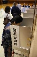 東京都知事選の投票に臨む有権者=東京都千代田区で2016年7月31日、宮武祐希撮影