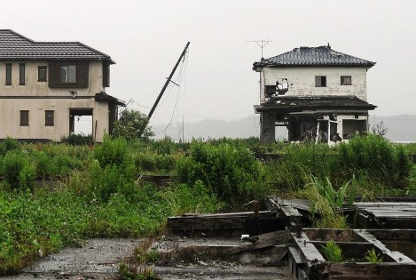 Houses ravaged by the 2011 tsunami remain untouched in Namie, Fukushima Prefecture, where an evacuation order is still in effect. (Mainichi)