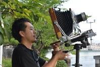 撮影の準備をする新井卓さん=広島市の平和記念公園で、高橋咲子撮影