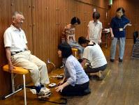 認知症予防の基本は健康の維持。東京都国分寺市では、市民が介護予防活動「暮らしを拡げる10の筋力トレーニング」に取り組み、定期的な体力測定に臨んでいる