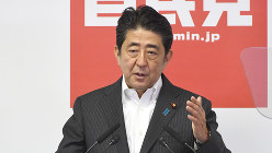 7月11日の記者会見で発言する安倍晋三首相=自民党本部で、藤井太郎撮影