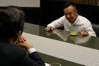 北橋市長(左)に曲の狙いを説明する晋平太さん
