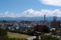 甲府城跡から見た甲府市内。右後方の富士山は雲に隠れて見えなかった=甲府市で、棚部秀行撮影