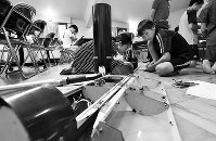 組み立てをする「ロケット班」=大阪府能勢町で、西本勝撮影